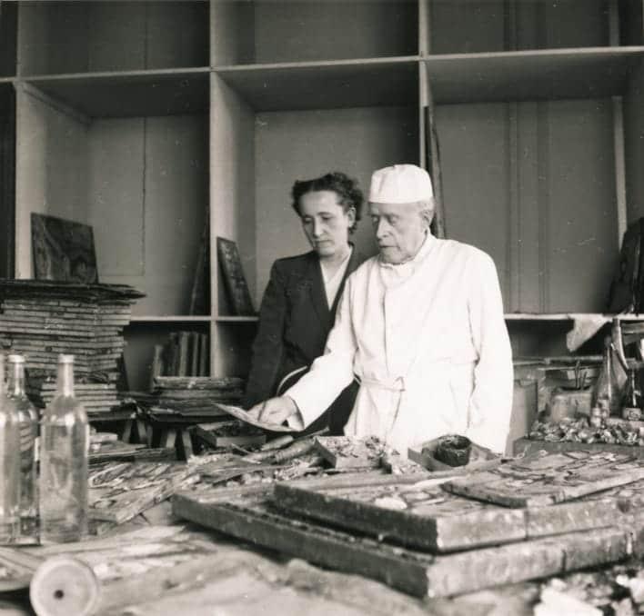 Rouault dans son atelier avec sa fille Isabelle, 1953